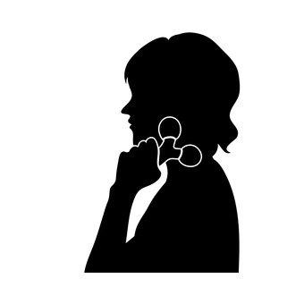 얼굴 마사지하는 여성